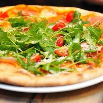 Pizza mit Tomate und Ruccola