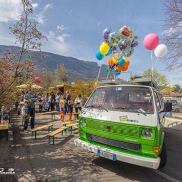 Bus mit Luftballone
